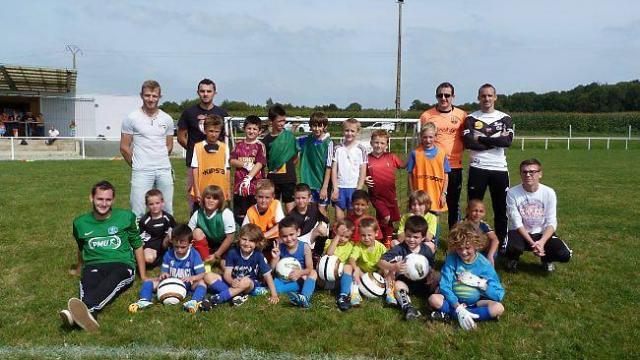 vingt-cinq-jeunes-inscrits-lecole-de-football