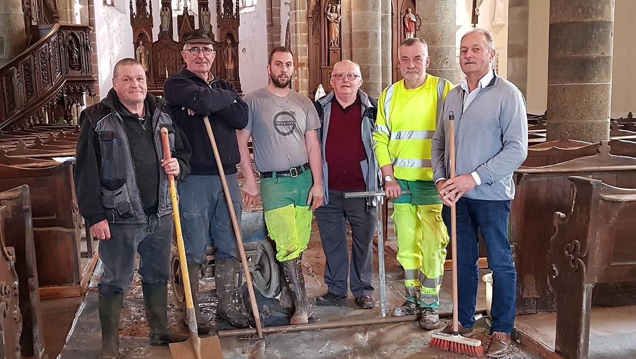 La rénovation du sol de l'église se fait à moindre coût grâce à l'aide de bénévoles.
