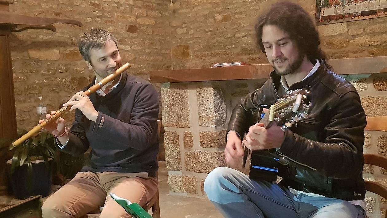 Vendredi18, la chapelle de Roquetton accueillait la 11e édition de Tradichapelles. Dominique Bougé et ses cornemuses, le groupe Tchikidi, et le duo Gicquel-Corvez se sont succédé pour le plus grand plaisir du public.