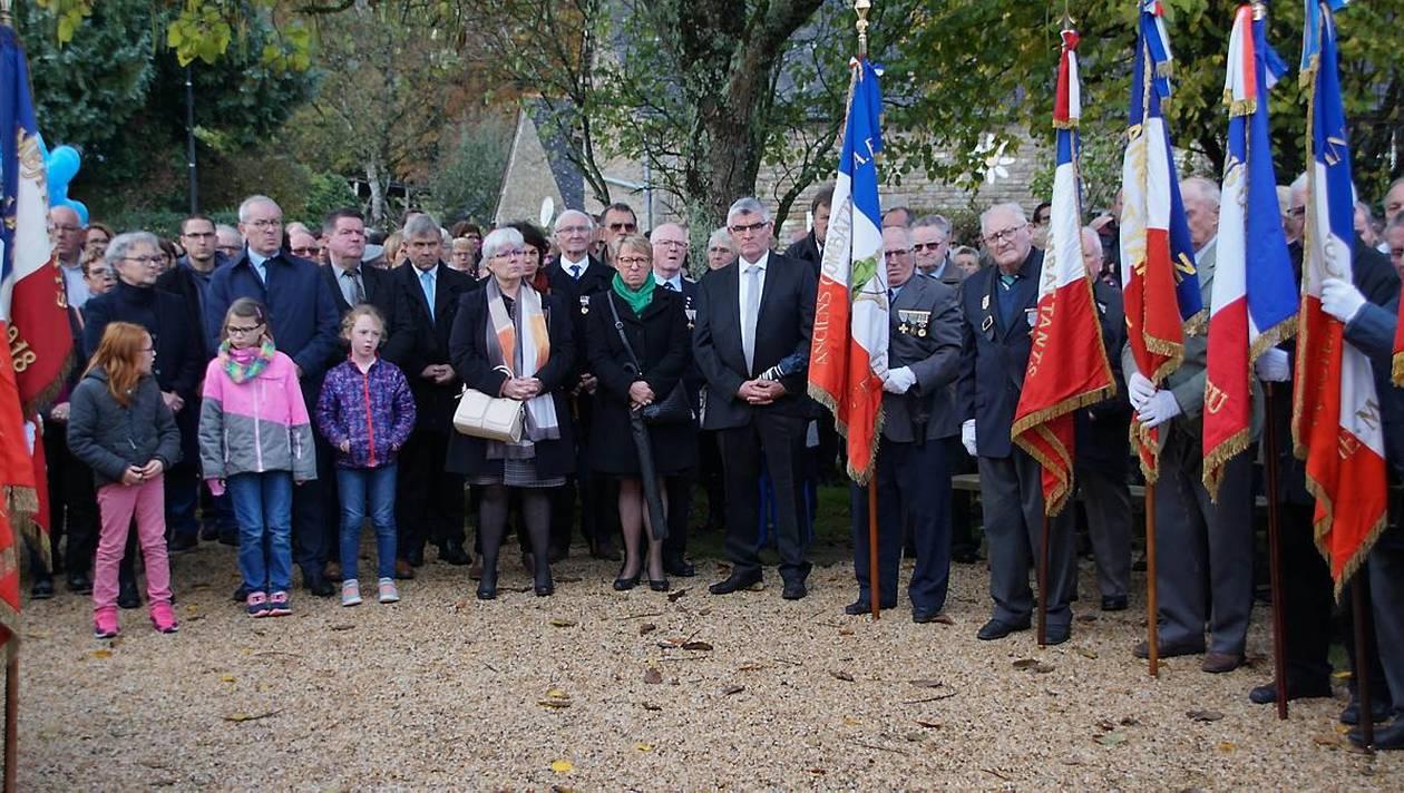 Les élus et les porte-drapeaux devant le monument au mort.